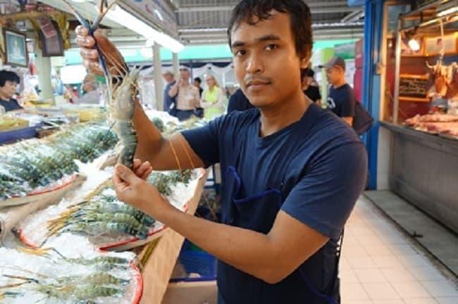 Icy prawns at Bangkok's Food Market (c) M'Liss Hinshaw. FWT Magazine.